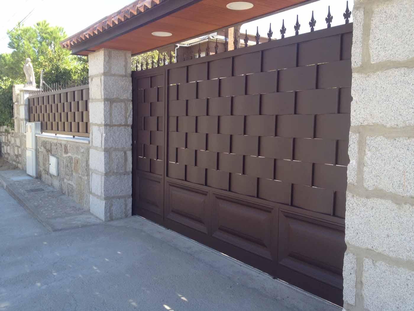 puerta y valla de hierro